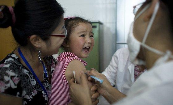 Menina em Sichuan, na China, é vacinada contra hepatite A