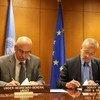 Vladimir Voronkov (à gauche), secrétaire général adjoint du Bureau des Nations Unies pour la lutte contre le terrorisme, et Pedro Serrano, Secrétaire général adjoint du Service européen pour l'action extérieure, signent le cadre ONU-Union européenne pour