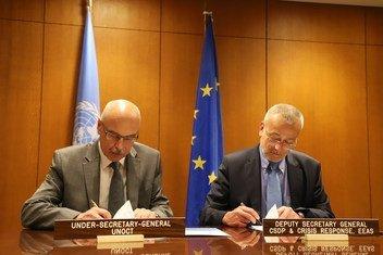 Vladimir Voronkov (izquierda), Secretario General Adjunto de la Oficina de las Naciones Unidas contra el Terrorismo, y Pedro Serrano, Secretario General Adjunto del Servicio Europeo de Acción Exterior, firman el marco de cooperación entre la ONU y la UE.