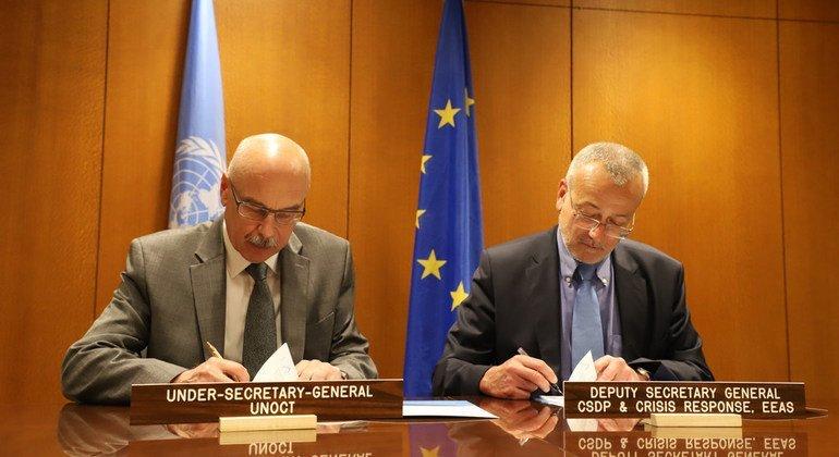 Замгенсека ООН Владимир Воронков (слева) и замгенсека Европейской службы внешних связей Педро Серрано подписали Рамочное соглашение о сотрудничестве ООН и ЕС в борьбе с терроризмом