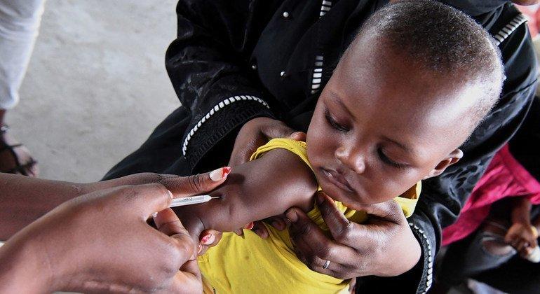 Vacunan a un bebé en un centro de salud de Brazzaville, la capital de la República del Congo (Febrero 2019)