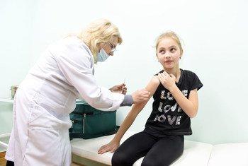 Марьяна Дзюба из Львова получает первую прививку от кори.