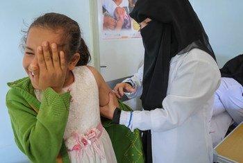 (من الأرشيف) طفلة تتلقى لقاح الحصبة والحصبة الألمانية من خلال حملة تدعمها اليونيسف في صنعاء، اليمن
