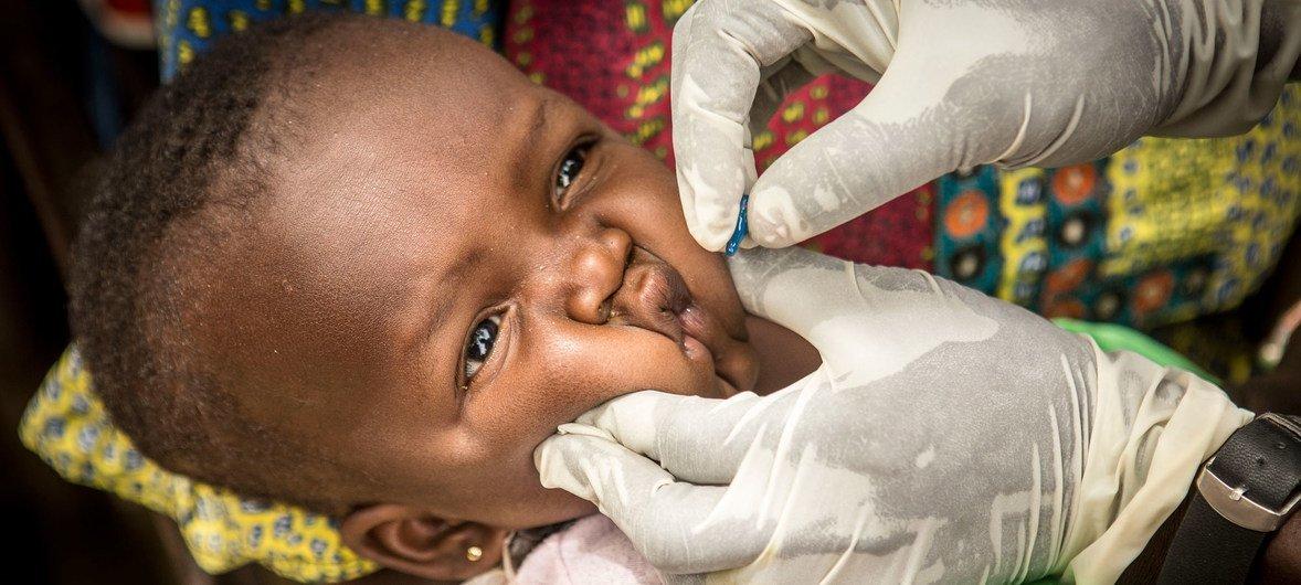 Un enfant est vacciné dans un centre de santé communautaire du village de Kombaka, au Mali. (Mars 2019)