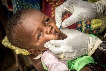 Huduma za afya ya msingi ni pamoja na chanjo kama inavyoonekana pichani mtoto akipatiwa chanjo kwenye kituo cha afya cha kijiji cha Kombaka nchini Mali.