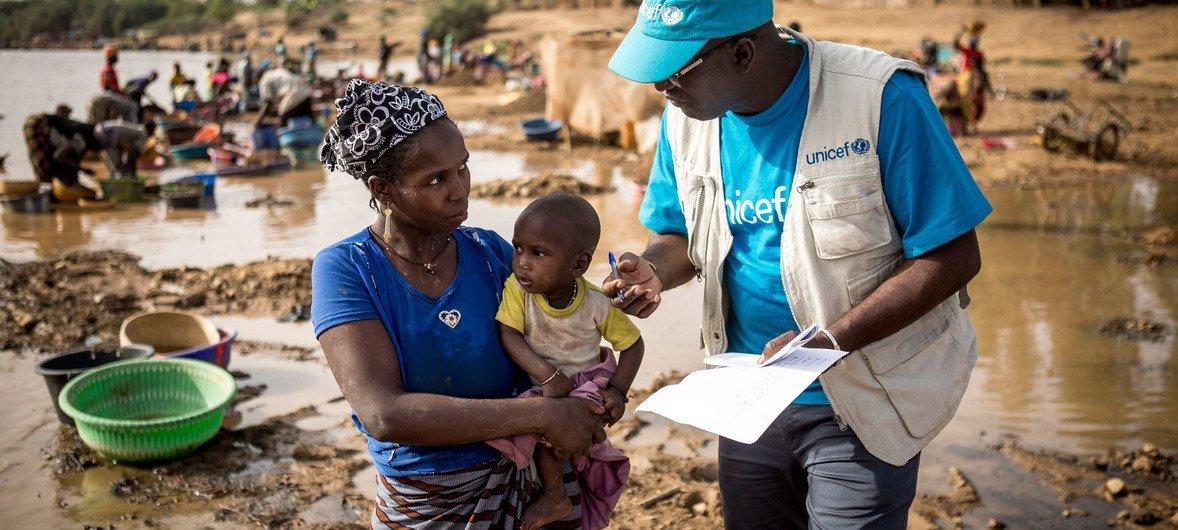 Mshauri wa mashinani kutoka UNICEF huko jimboni Kayes nchini Mali  akimweleza mama umuhimu wa kumpatia chanjo mwanae. (Machi 2019)