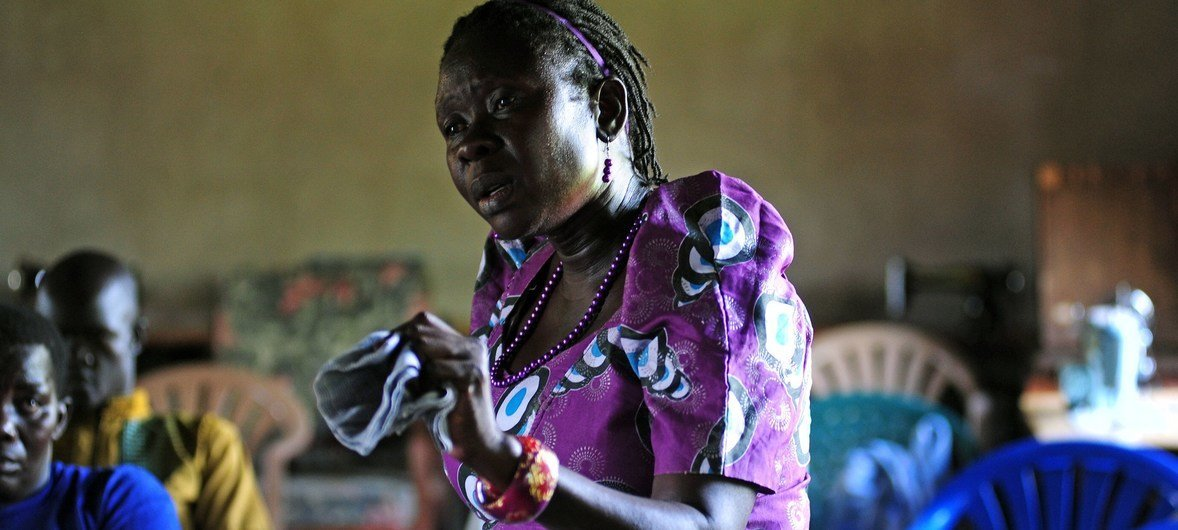 Alice Senna Philip, mwenyekiti wa kikundi cha wanawake jimboni Yei nchini Sudan Kusini akizungumza mbele ya ujumbe wa ngazi ya juu wa UNMISS ulioongozwa na mkuu wao David Shearer. Ujumbe huo ulitembelea eneo hilo.