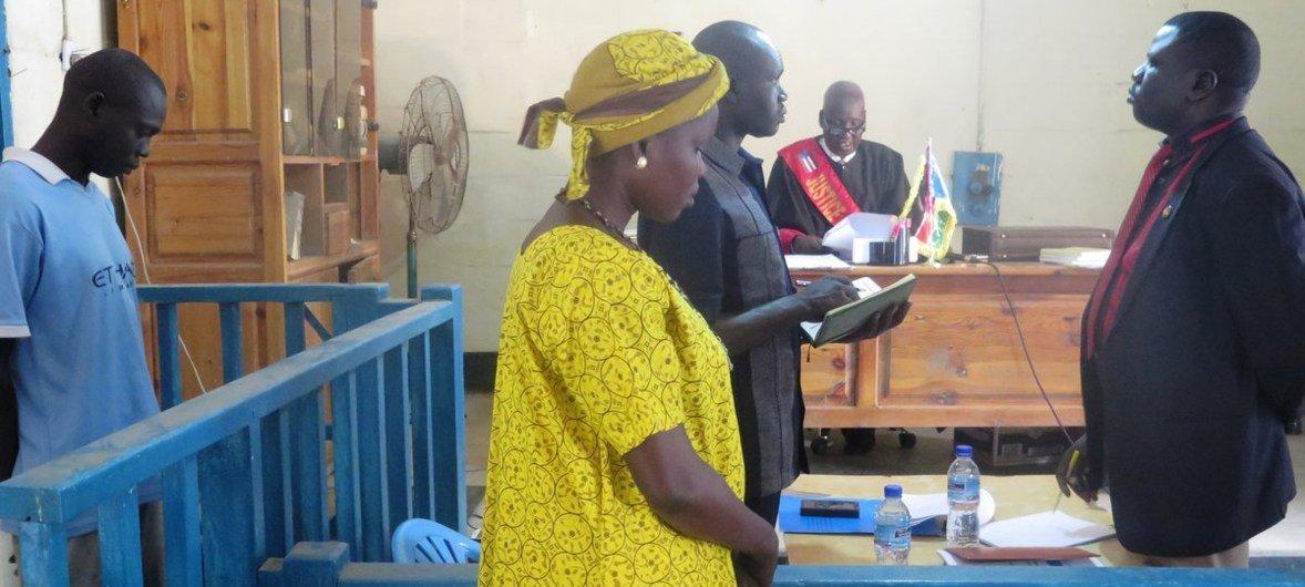 Una sesión en un tribunal móvil en Malakal, Sudán del Sur. Los juicios atraen cientos de personas.