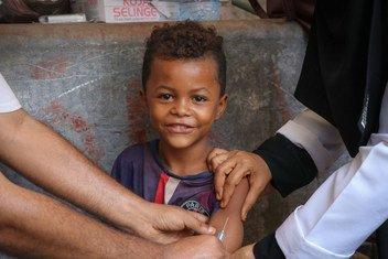 一名也门儿童正在接种麻疹疫苗。