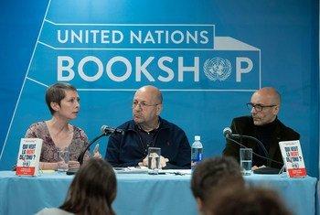 Anne-Cécile Robert (à gauche) et Romuald Sciora (droite), auteurs de « Qui veut la mort de l'ONU ? » répondent aux questions de Jérôme Longué, ONU Info.