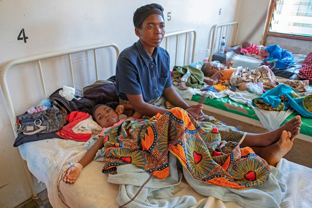 Une femme s'occupe de son enfant atteint de paludisme dans un hôpital du Malawi (avril 2019)