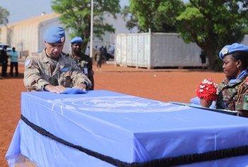 القائد العام لقوات بعثة الأمم المتحدة لحفظ السلام في مالي يشارك في مراسم تكريم ذكرى ضابط حفظ السلام المصري صبري حسين الذي لقي مصرعه في 20 أبريل 2019.