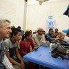 Kamishna Mkuu wa wakimbizi duniani, Filippo Grandi (kushoto) akikutana na wafanyakazi wa UNHCR na wakimbizi kutoka Myanmar kwenye kituo cha usajili huko kambini Kutupalong nchini Bangladesh
