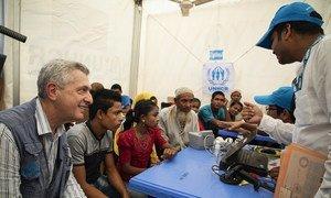 O alto comissário das Nações Unidas para os Refugiados com do Acnur e refugiados rohingya num local de registo no campo de refugiados de Kutapalong, no Bangladesh.