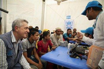 Le Haut-Commissaire des Nations Unies pour les réfugiés, Filippo Grandi (g) rencontre le personnel du HCR et des réfugiés rohingyas du Myanmar sur un site d'enregistrement au camp de réfugiés de Kutapalong au Bangladesh le 26 avril 2019.