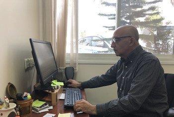 المتحدث باسم الأونروا سامي مشعشع في مكتبه في القدس.