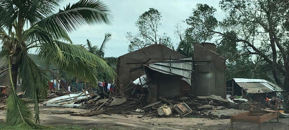 Lors de son passage au Mozambique le 25 avril 2019, le cyclone Kenneth a arraché des arbres et détruit des structures.