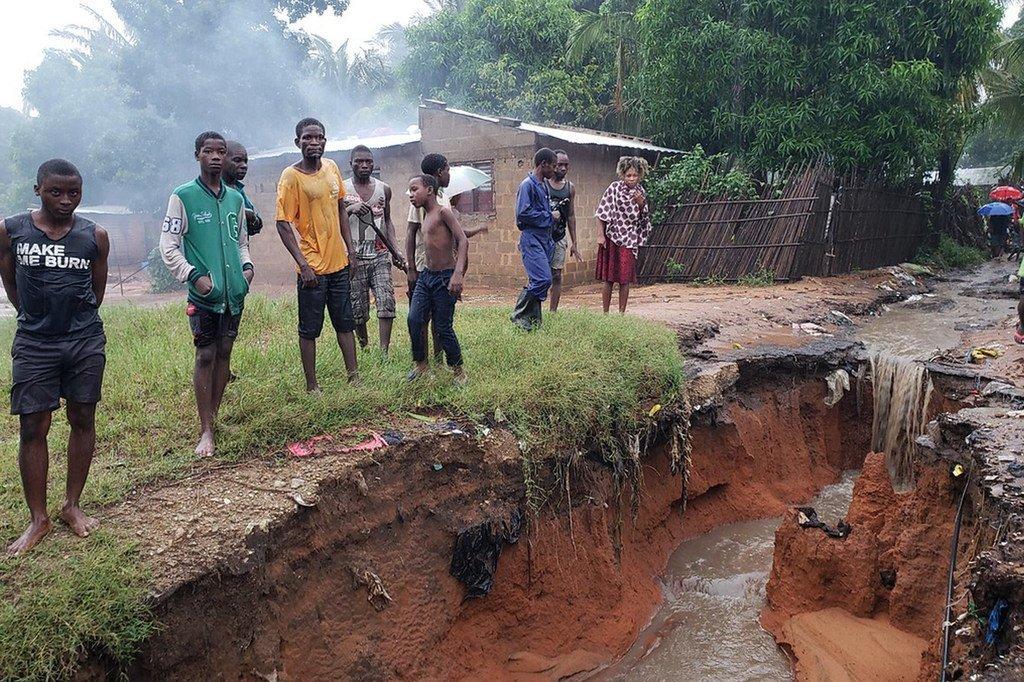 Crainte de glissements de terrain dans le quartier de Mahate, à Pemba, après le passage du cyclone Kenneth au Mozambique.