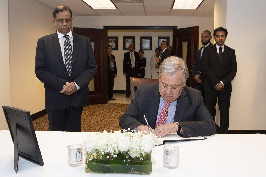 2019年4月,在南亚国家斯里兰卡发生教堂恐怖袭击后,联合国秘书长古特雷斯在该国常驻联合国代表团的吊唁簿上签名,向该国人民表示声援。