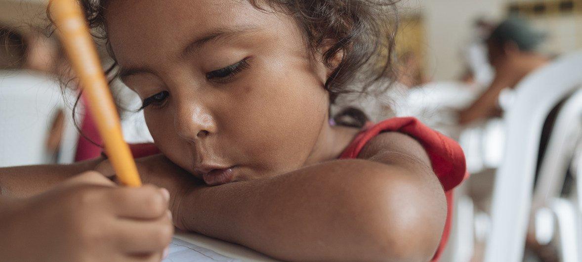 Yulis Rivas hace un dibujo de sus padres en un centro infantil de Cúcuta, en Colombia, donde UNICEF ofrece actividades para niños migrantes venezolanos y sus familias