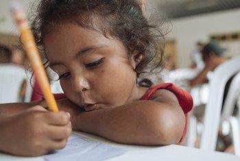Atualmente, mais de 130 mil crianças venezuelanas estão matriculadas em escolas na Colômbia.