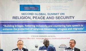 El asesor especial del Secretario General para la prevención del Genocidio, Adama Dieng (centro), en la Segunda Cumbre Mundial Internacional para la Defensa de la Libertad Religiosa, celebrada en la ciudad suiza de Ginebra.