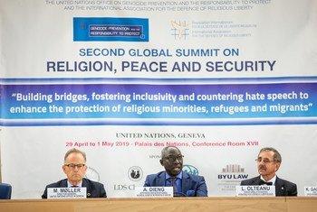 Adama Dieng, assessor especial da ONU para a Prevenção do Genocídio, com Michael Moeller, diretor-geral da ONU em Genebra, e Liviu Olteanu (direita) da Associação Internacional para a Defesa da Liberdade Religiosa.