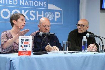 """Anne-Cécile Robert (gauche) et Romuald Sciora (droite) présentent leur livre """"Qui veut la mort de l'ONU ?"""" lors d'une rencontre à la librairie des Nations Unies à New York."""
