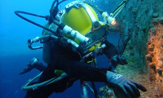 A commercial diver undertakes an in-water vessel inspection using surface supply with communications and a CCTV camera. (25 April 2011)