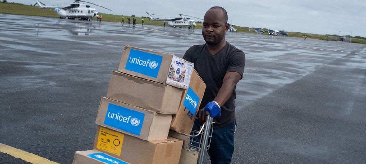 儿基会医疗用品被运往即将飞往援助莫桑比克热带气旋灾区的飞机(2019年4月30日)。