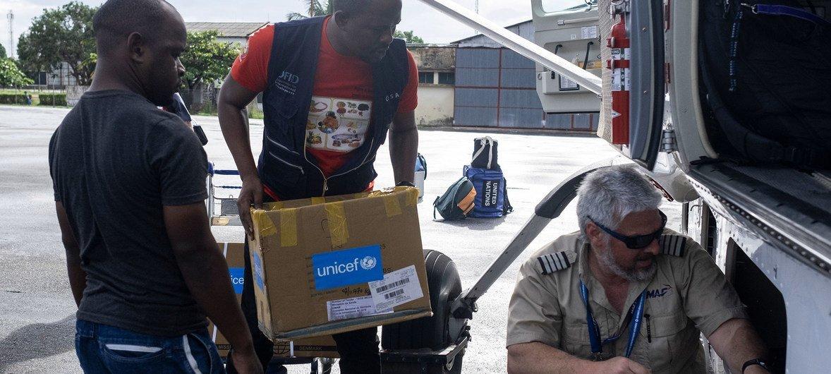 一名机组人员正在将儿基会医疗用品装载到飞机上(2019年4月30日)。