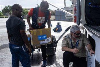 Wafanyakazi wa misaada kutoka Mission Aviation Fellowship, MAF, wakipakua vifaa vya matibabu vilivyowasilishwa na UNICEF hii leo tarehe 30 Aprili 2019