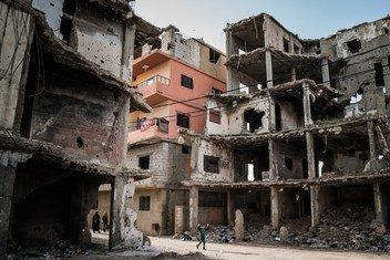 त्रिपोली में हिंसा के दौरान ध्वस्त हुई इमारतें.