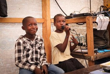Gobe Emma, de 11 anos, e Funda Mako, de 12, são os apresentadores de um programa semanal na Rádio Solidariedade, em Lunda Norte, Angola.