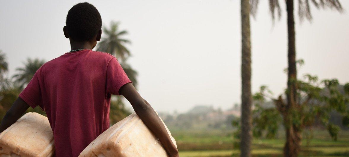 Jovem nas bolanhas de Bissau