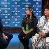 Representantes de grupos indígenas brasileiros Sara Yawanawa e Lucas Manchineri sendo entrevistados na sede da ONU