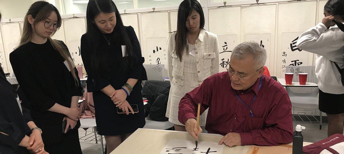 """上海交通大学文创学院周斌教授在联合国中文日主讲""""汉字、艺术与文化"""" 并做现场书法展示。"""