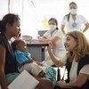 Tarehe 23 Aprili 2019 Cucuta Colombia (kulia) mkurugenzi wa UNICEF kitengo cha  mawasiliano Paloma Escudero akizungumza na wanawake na watoto kwenye kituo kinachosaidiwa na UNICEF