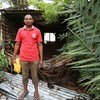 Antonio Manuel, que vive em Pemba, Moçambique, na frente de sua casa destruída pelo ciclone Kenneth durante a noite de 25 de abril.