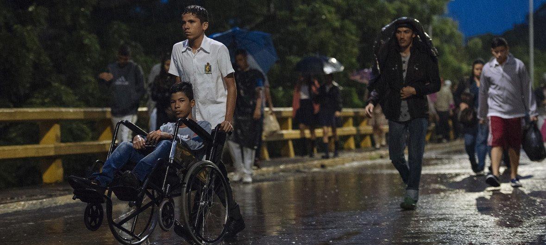 Cientos de niños cruzan la frontera desde Venezuela para ir a la escuela en Cúcuta, Colombia.