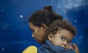 A Cucuta, en Colombie, en avril 2019, une mère et son enfant en provenance du Venezuela se reposent avant de poursuivre leur périple vers Cali en Colombie.e
