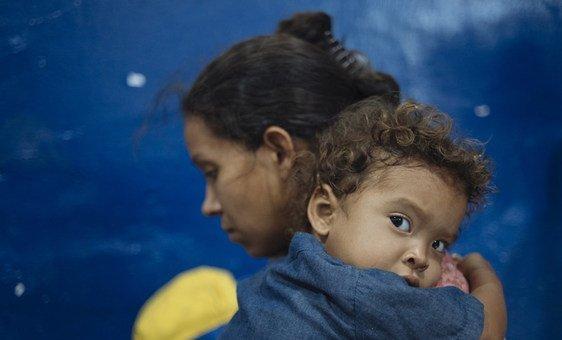 Venezuelana com o filho na Colômbia, depois de escapar da crise humanitária em seu país