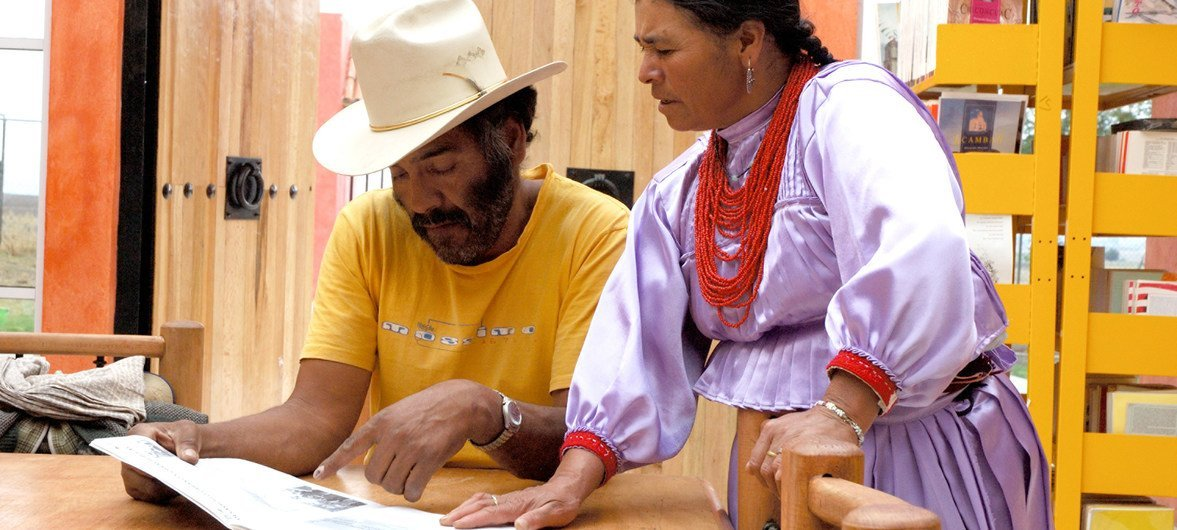 Dos integrantes del pueblo indígena mazahua en la biblioteca de la comunidad El Llanito, San José del Rincón, Estado de México.