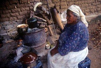 Mujer en la cocina en la comunidad indígena El Kipur, en Pima, Sonora, México.