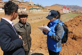 El equipo de evaluación de la FAO y el PMA durante su visita al condado de Unpa, en la provincia de Hwanghae del Norte, en la República Popular Democrática de Corea, el pasado mes de abril.
