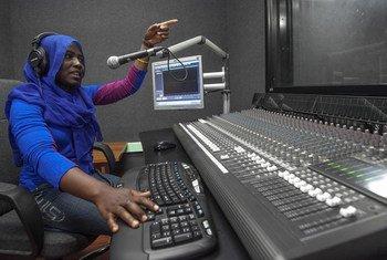 Susan Issa Adam, mtayarishaji wa vipindi akiwa kwenye Studio za radio ya UNAMID.