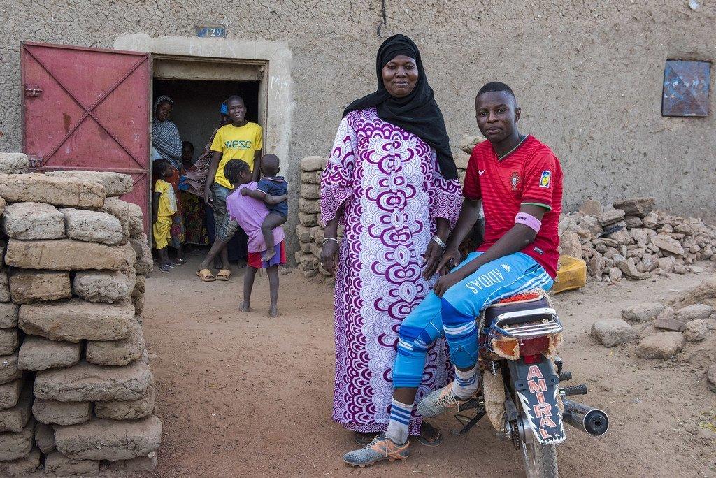 Au Mali, cette grand-mère déplacée fournit des soins dans une ville déchirée par le conflit