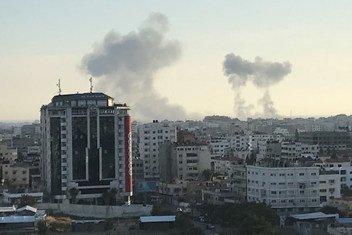 Римал - один из районов в центре города Газа. Дым после воздушных налетов по восточной части города  4 мая 2019. Фото из архива.