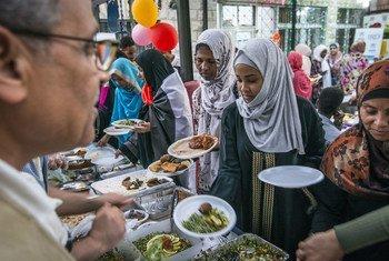 Во время Рамадана мусульмане начинают есть только после захода солнца. Разговение, или ифтар, – важнейшая для них традиция