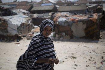 Ideeya Jimcaale, 18 ans, vit dans un camp pour personnes déplacées sur la plage de Bossaso, au Puntland, en Somalie.